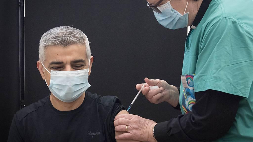 Auch Londons Bürgermeister Sadiq Khan ist einer von mehr als 20 Millionen geimpften in Großbritannien. Foto: Stefan Rousseau/PA Wire/dpa