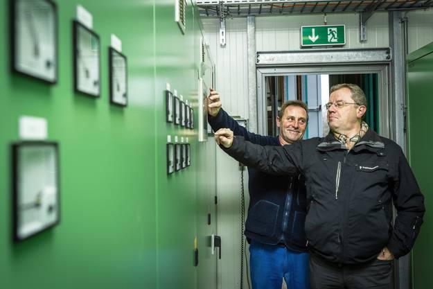 Betriebsleiter Ruedi Bürki und Gemeindeammann Bruno Gretener (rechts) stellen die Anlage ab.