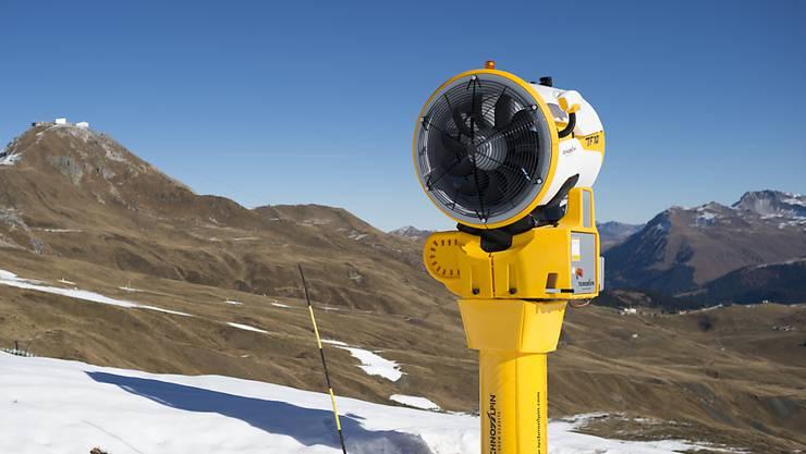 Etwa ein Dutzend Bündner Bergbahnen und Tourismusbetriebe haben wegen des fehlenden Schnees Kurzarbeit angemeldet. (Symbolbild)