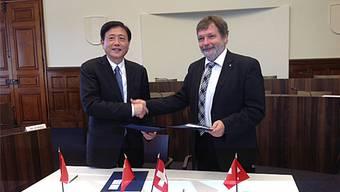 Provinz-Gouverneur Liu Weiping (l.) und Landammann Roland Heim im Kantonsratsaal.