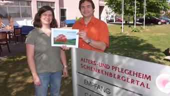 Silvia Imhof Beldi und Oscar Schmid-Schüller mit dem Leitbild-Entwurf.