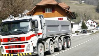 Aushub-Tourismus: Lastwagen – hier in Oberbeinwil – belasten die für schwere Lasten nicht ausgebaute Passwangwangstrasse. (niz)