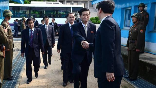 Nord- und Südkoreanische Delegierte schütteln sich die Hände