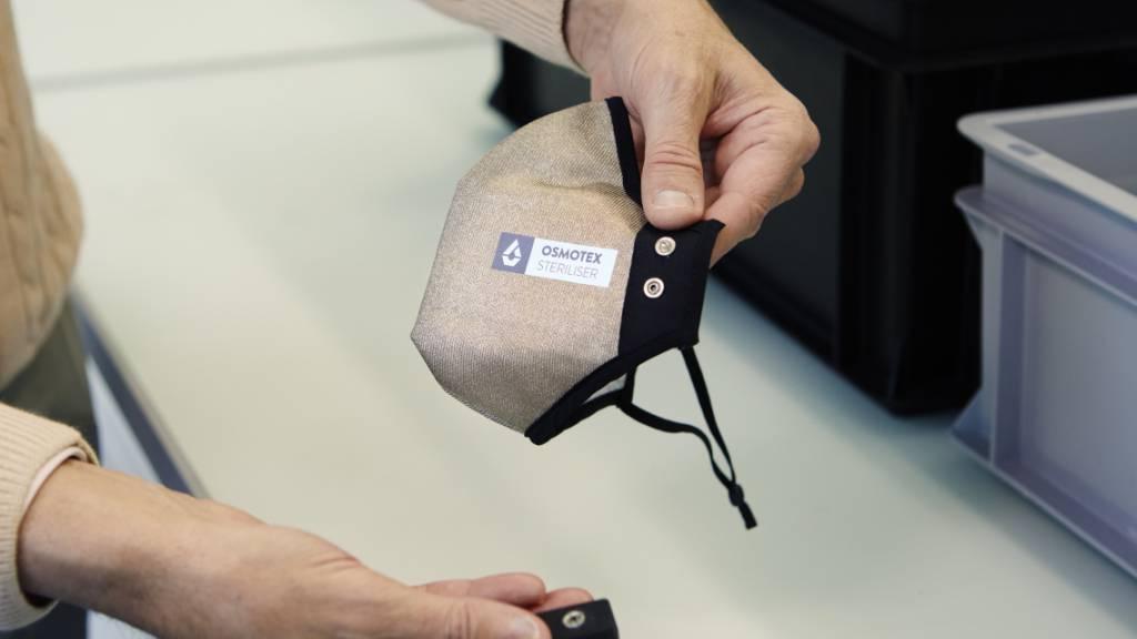 Die neu entwickelte Maske besteht aus einem mehrlagigen Textil, Elektroden und einer Batterie. Tests zeigten, dass sie eine Vireninaktivierung von über 99 Prozent erreicht.