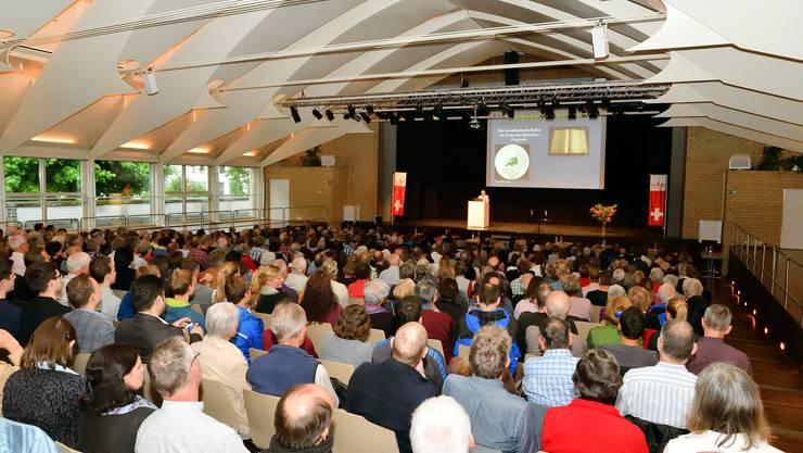 Fast 500 Zuhörer lauschen gespannt den Ausführungen von Dr.Roger Liebi in der Bärenmatte in Suhr.