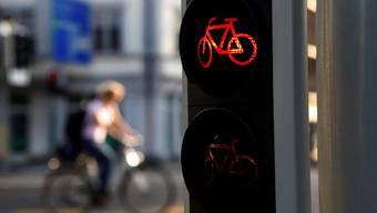 Rechtsabbiegen bei Rot ist für Velofahrer im Kanton Zürich bis auf Weiteres nicht erlaubt.