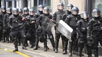 Nach Ausschreitungen und Festnahmen bei einer Demo in Basel wirft die hiesige Polizeigewalt bei Politikern Fragen auf.