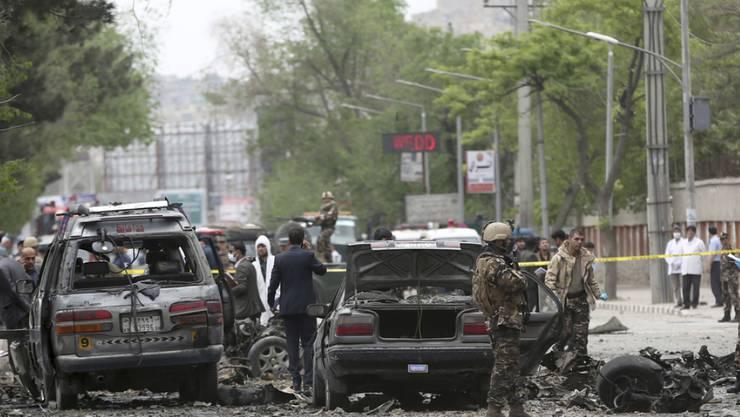 Mindestens acht Zivilisten sterben bei einem Anschlag auf einen Militärkonvoi in Afghanistans Hauptstadt Kabul. Im Bild der Ort des Anschlags am Mittwoch.