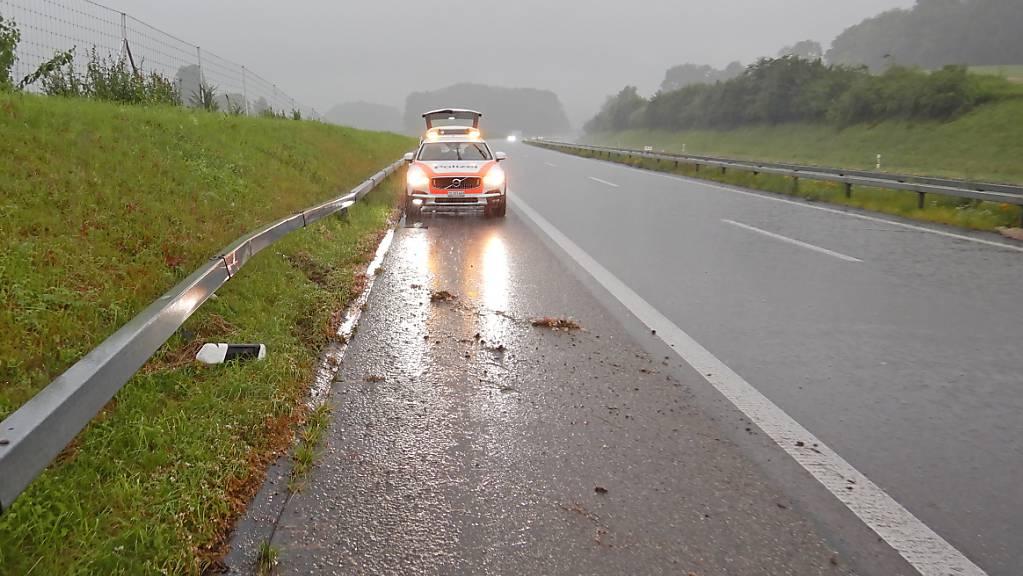 Die Thurgauer Polizei sucht den Fahrer eines Maserati, der nach einem Selbstunfall davongefahren ist, ohne sich um Schäden an der Leitplanke zu kümmern.