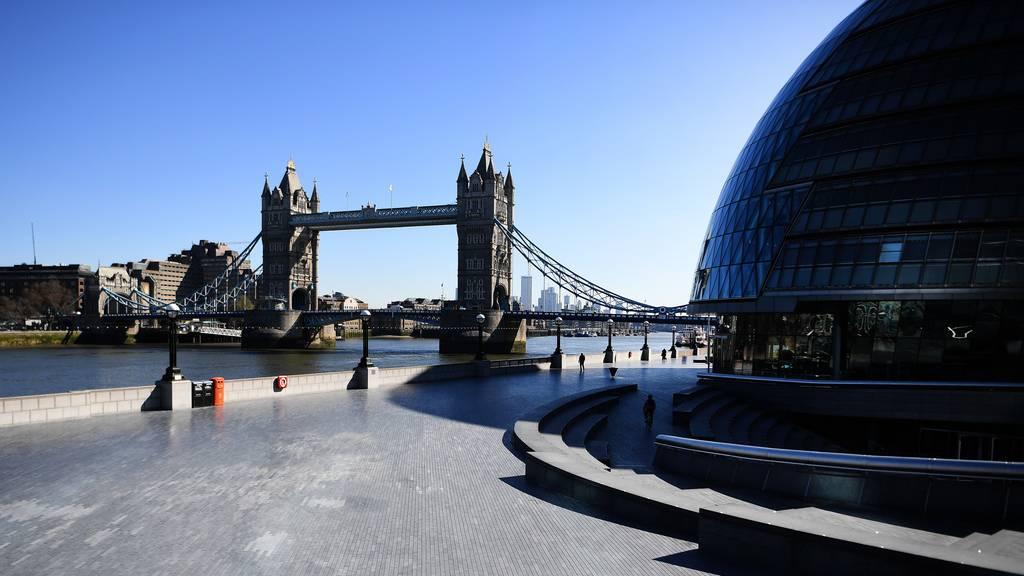 Boris Johnson lenkt ein  – öffentliches Leben stark eingeschränkt