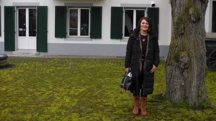 Daniela Belser auf der Terrasse des «Hirschen», an die sie viele schöne Erinnerungen hat.