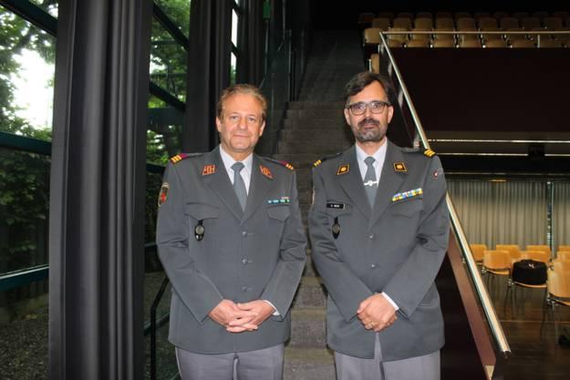 An der GV übenahm Oberst Peter Balzer (Eiken, links) das Amt des Präsidenten der Aargauer Offiziere von Oberst im Generalstab Dieter Wicki (Aarau)