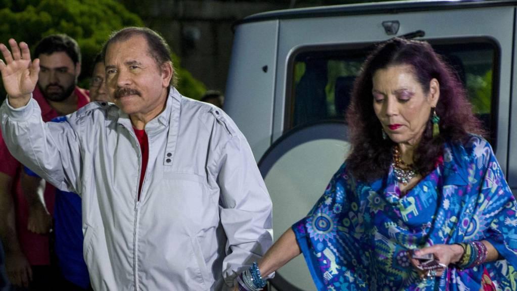 Daniel Ortega, Präsident von Nicaragua, und seine Frau Rosario Murillo kommen zu einer Pressekonferenz. Nach der Festnahme von vier oppositionellen Präsidentschaftskandidaten in Nicaragua haben die USA deren sofortige Freilassung gefordert und neue Sanktionen verhängt.