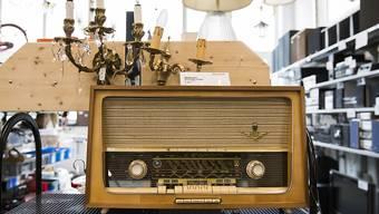 Brockenhäuser machen sich chic für neue Kundensegmente: Altes Radio im Berner Brocki.