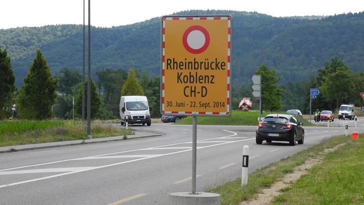 Solche Schilder wie hier in Laufenburg machen frühzeitig auf die Sperrung der Koblenzer Rheinbrücke aufmerksam.