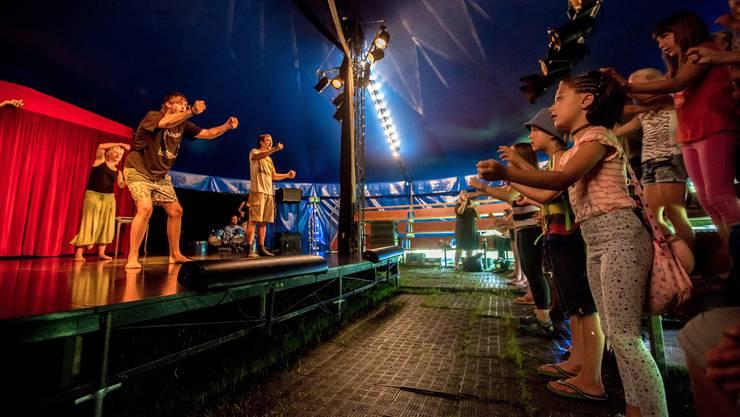 Jeden Morgen singen die Kinder ihr Zirkuslied mit den Mitgliedern des Theaterzirkus Wunderplunder.