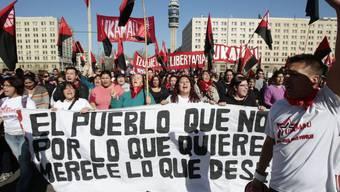 Tausende Chilenen gedenken mit einem Marsch der Opfer des Staatsstreichs von Augusto Pinochet