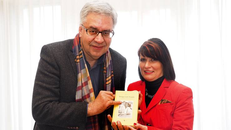 «Brägu mit Peekli» Peter Lerch tauchte in seine Vergangenheit ein; Projektleiterin Heidi Rehberg-Lerch unterstützte ihn bei diesem Projekt.