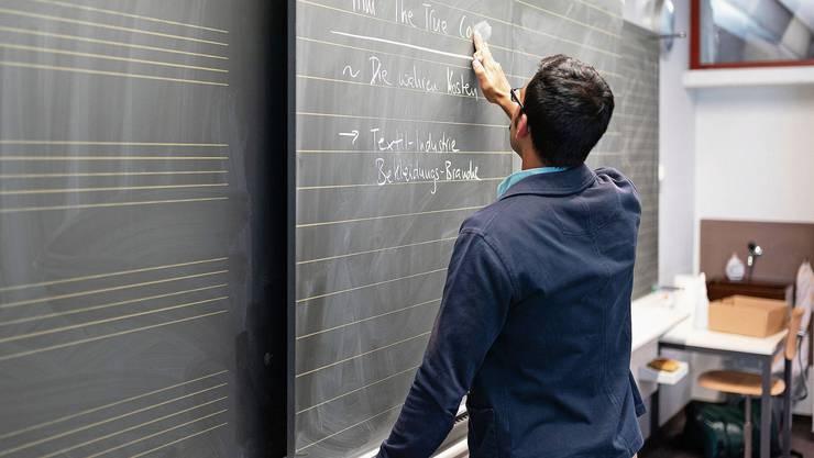 Nicht alle Lehrer können ab Montag wieder vor ihre Klassen stehen. Sie zu ersetzen, ist schwierig.