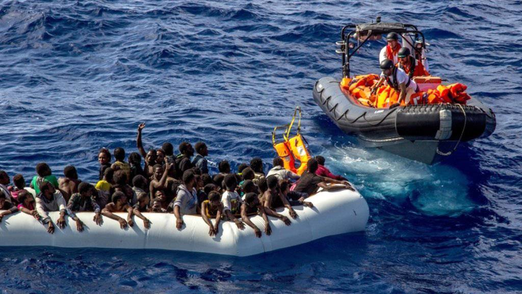 Die Organisation Ärzte ohne Grenzen bringt Schiffbrüchigen im Mittelmeer Schwimmwesten. Nach der neuen Flüchtlingstragödie werden noch 96 Menschen vermisst. (Archivbild)