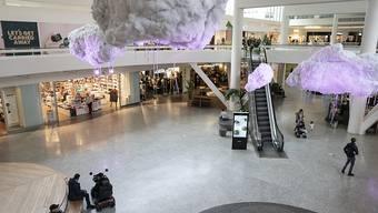 Blick in ein fast menschenleeres Einkaufszentrum. Schweden hat sich in der Corona-Krise für einen Sonderweg mit recht freizügigen Maßnahmen und Appellen an die Vernunft der Bürger entschlossen. Vereinzelte Beschränkungen gelten aber auch dort. Foto: Björn Larsson Rosvall/TT NEWS AGENCY/AP/dpa