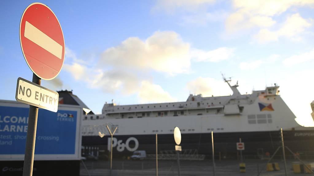 Die PO European Causeway Fähre verlässt den Hafen von Larne für die zweistündige Überfahrt von Schottland nach Nordirland. Foto: Peter Morrison/AP/dpa
