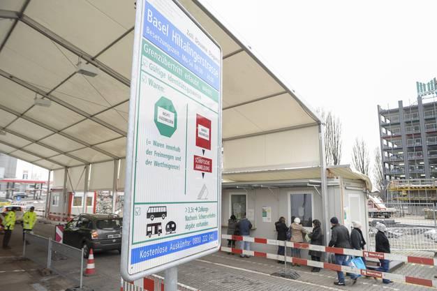 Kunden aus der Schweiz stehen Schlange um ihre Mehrwertsteuerformulare abzustempeln.