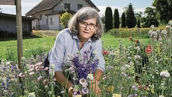Im Blumengarten schaltet Marianne Erne nach einem hektischen Tag beim Fernsehen ab.