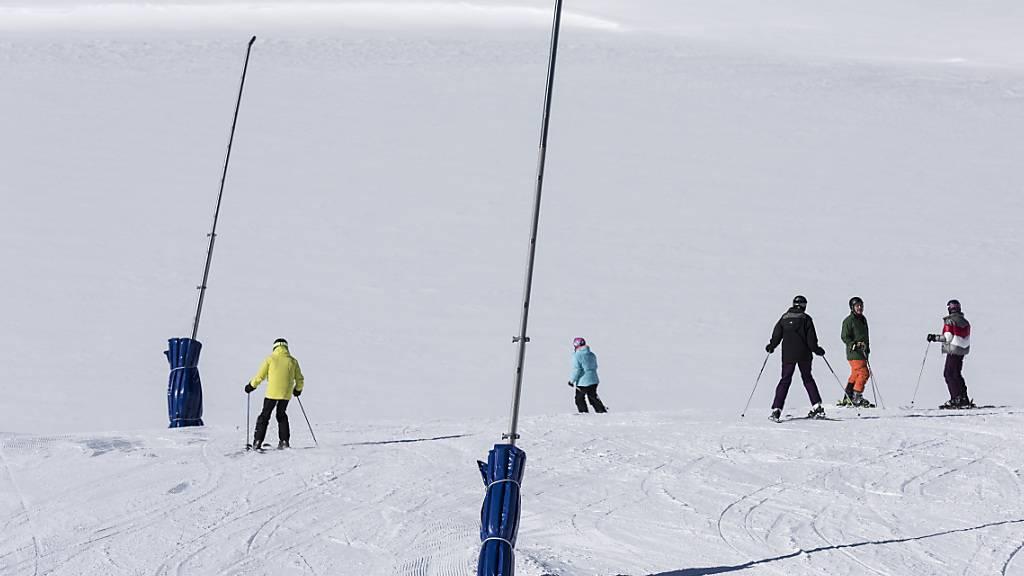 Schneelanzen dienen zur Herstellung von Kunstschnee, hier auf einer Piste in Zermatt. (Archivbild)