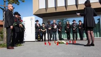 15 Rosen für J. C.: Mahnwache vor dem Gemeindehaus Künten für einen Sozialhilfe-Empfänger, der sich vor zwei Wochen das Leben nahm.