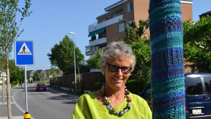 Sylvia Huber mit Muster: Anfang November sollen alle Baumstämme an der Hauptstrasse verhüllt sein. sl