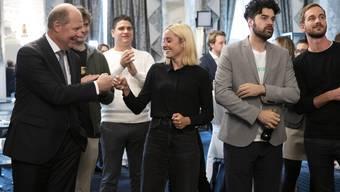 Anti-SVP-Allianz: Arbeitgeber-Boss Valentin Vogt (l.) freut sich mit Laura Zimmermann, Co-Chefin der Operation Libero.