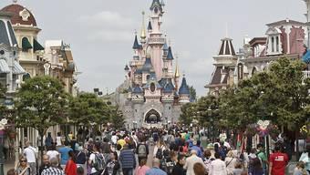 Laute Geräusche, die sich wie Schüsse anhören: Im Freizeitpark Disneyland Paris denken Besucher am Samstag sofort an einen Anschlag und es entsteht Panik. (Archivbild)