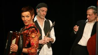 Lili Pastis Passepartout (v.l.): Cornelia Montani, Akkordeon, Gesang; Daniel Schneider, Klarinette, Saxofon, Gesang; Christoph Elsaesser: Kontrabass, Gesang.