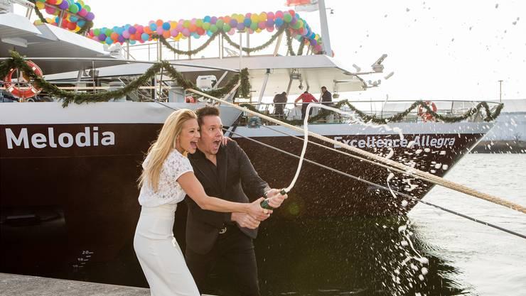 Taufpatin Christa Rigozzi und Moderator Sven Epiney haben am Dienstag im Basler Rheinhafen das neue Twerenbold-Schiff «Allegra» getauft. Ho