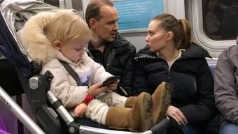 Der Bilschirm richtet vielleicht beim Kind weniger Schaden an. Wichtiger wäre, dass die Eltern mehr mit ihm sprechen.
