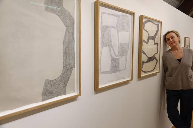 Mette Stausland vor ihren Bleistift-Zeichnungen