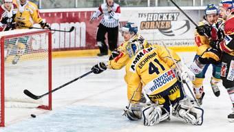 Langenthals Marc Leuenberger versucht den Puck auf der Linie zu retten – doch er kann das 1:0 der Basel Sharks nicht verhindern. Roland Schmid