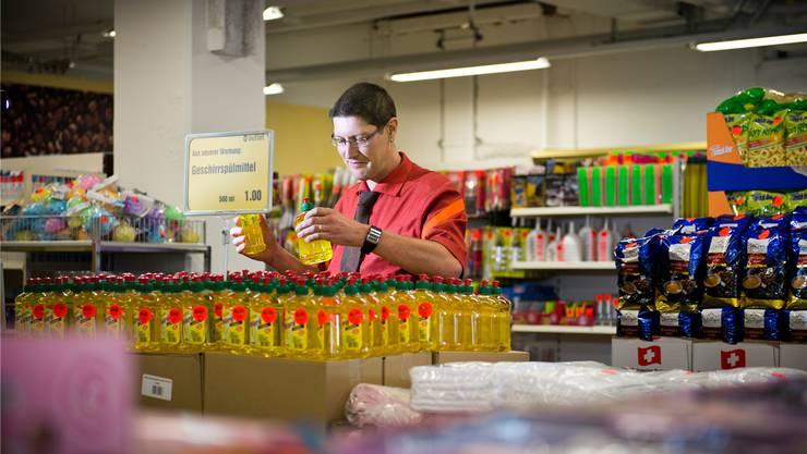 Mit letzten Handgriffen bereitet Ralph Dössegger den Outlet-Laden für die Eröffnung vor.