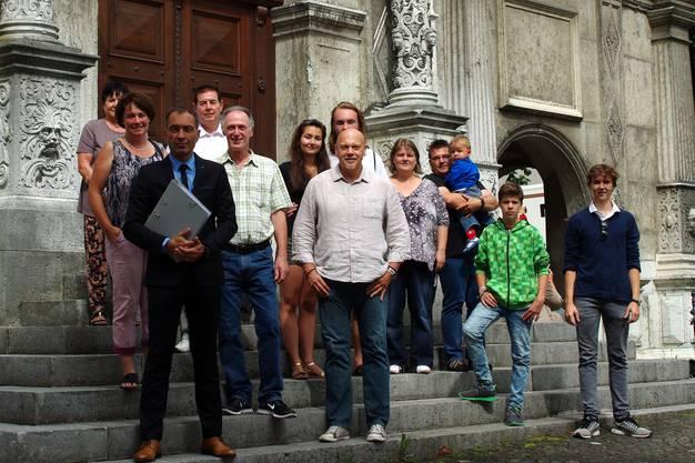 Rechtsanwalt Rémy Wyssmann (vorne links) übergab mit einer Gruppe Sympathisanten im Rathaus den Volksauftrag.