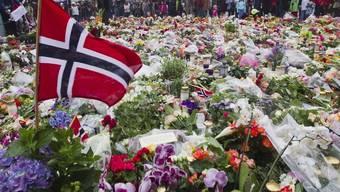 unterlegt mit Bildern der Anschläge vom 22. Juli 2011
