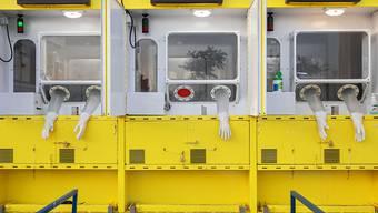 Handschuhe hängen aus Öffnungen einer mobilen Corona-Teststation in Ost-Jerusalem. Die Zahl der täglichen Neuinfektionen mit dem Coronavirus in Israel ist so hoch wie nie zuvor seit Beginn der Pandemie. Foto: Oded Balilty/AP/dpa