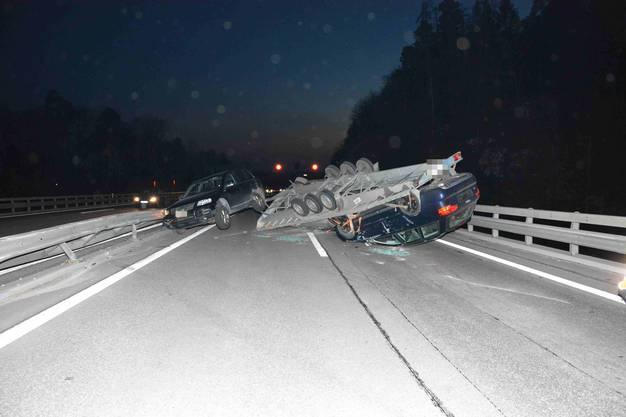 Durch den Unfall wurden beide Fahrstreifen blockiert.