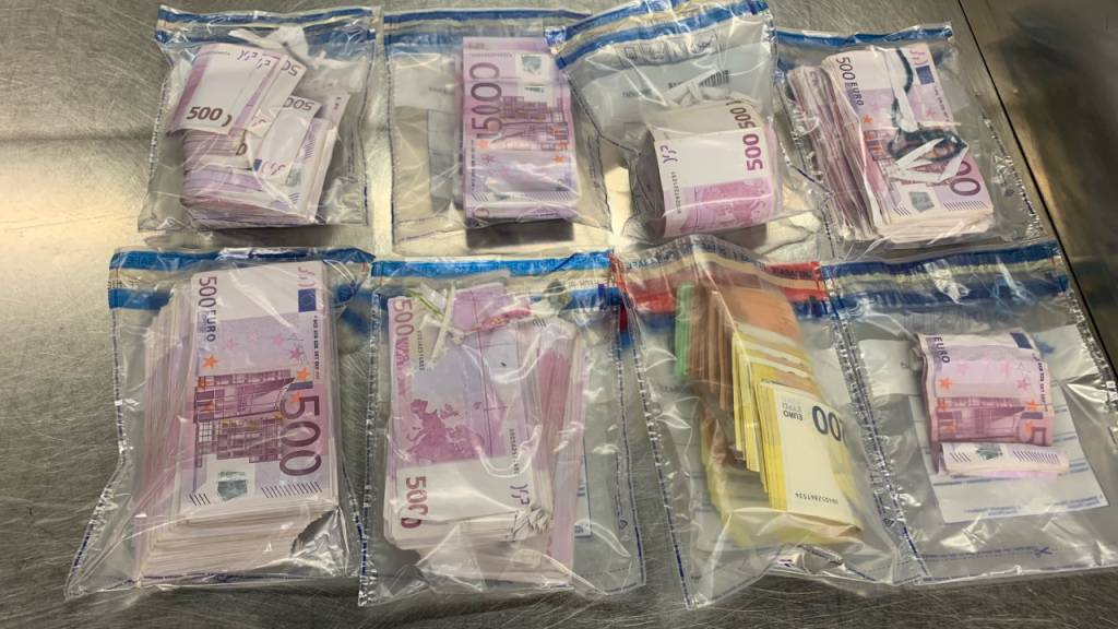 Reisender mit 350 000 Euro in Unterhose und Schuhen