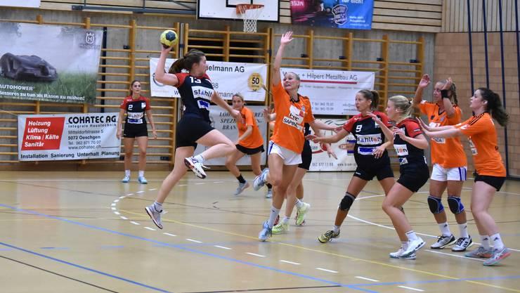 Joana Stierli vom Team Damen 1 des TSV Frick Handball beim Siegtreffer gegen GC Amicitia.