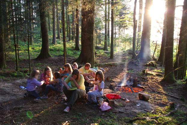 Lagerstimmung beim gemeinsamen Kochen im Wald
