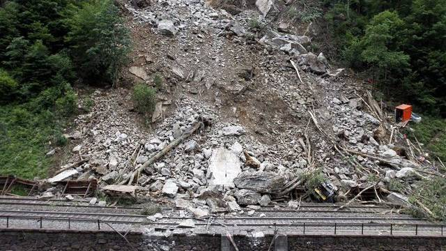 Entlang der Gotthard-Bergstrecke kommt es immer wieder zu Steinschlägen, die den Bahnverkehr beeinträchtigen: Bild einer durch Felssturz beschädigten Bahnlinie in Gurtnellen.