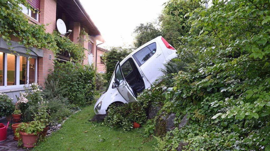Auto rollt Hang hinunter und landet in Garten