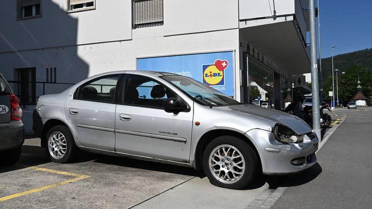 Illegal abgestelltes Auto / Chrysler an der Baslerstrasse 69 in Trimbach