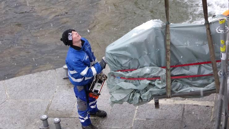 Die Ketten am richtigen Ort auf dem Pfeiler der Wehranlage zu platzieren, ist nicht einfach.